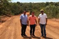 Vereadores vistoriam obra de estrada vicinal da região do Povoado Vale Verde